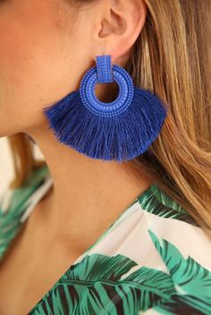 Aprende como hacer bisutería: aretes modernos y coloridos paso a paso muy sencillos Jewelry Accessories, Jewelry Design, Blue Earrings, Blue Fashion, Ladies Boutique, Friends In Love, Pearl Jewelry, Cobalt Blue, Casual Looks