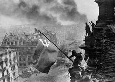1945 - BANDEIRA SOVIÉTICA NO REICHSTAG: O soldado russo Abdulkhakim Ismailov hasteia a bandeira no dia 2 de maio. Ievgeny Khaldei, o fotógrafo soviético autor da foto, admitiu anos mais tarde que a foto havia sido retocada pelo departamento de propaganda soviético. A bandeira da URSS foi retocada para parecer nova, pois a original estava rasgada, alvejada por atiradores de elite alemães. Também o pulso esquerdo de Ismailov foi retocado, pois no instantâneo ele aparecia com dois relógios.