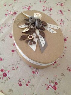 Scatola grezza decorata semplicemente con fiori e nastri