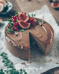 A simple and easy all vegan and raw chocolate and figs cheesecake. Have you ever made a raw cake? Raw Vegan Cake, Raw Vegan Cheesecake, Chocolate Cheesecake, Vegan Cupcakes, Cheesecake Cake, Vegan Raw, Vegan Life, Fig Cake, Roh Vegan