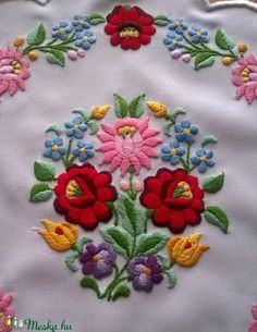 Nagyon szép kalocsai minta, puppets hímző fonallal hímeztem. széle cakkos, azt Eldorado puppets fonallal hímeztem. Alap: fehér műszálas anyag. Átmérője: 33x33 cm. Chain Stitch Embroidery, Bead Embroidery Patterns, Crewel Embroidery, Hand Embroidery Designs, Beaded Embroidery, Hungarian Embroidery, Creative Embroidery, Fashion Sewing, Needlework