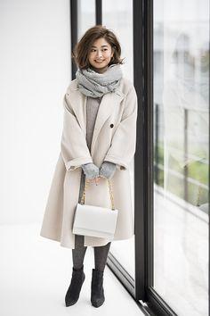 """2018年1月23日に2冊目となるファッション本『My Basic Note Ⅱ """"きちんと見える""""大人の服の選び方』を出版されるOggiの人気エディター三尋木奈保さん。その新刊に登場するコーディネートをひと足先にご紹介! 今回は、三尋木奈保さんが冬に重宝されている白コート、白スカートのコーディネートです。"""