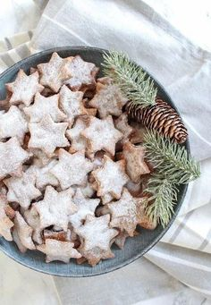 Healthy Almond and Cinnamon Christmas Stars - plant based, gluten free, healthy… healthy christmas desserts Healthy Christmas Cookies, Christmas Desserts, Holiday Treats, Holiday Recipes, Healthy Christmas Recipes, Easter Desserts, Christmas Tables, Apple Desserts, Holiday Cookies