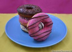 Donuts - Le donuts (o doughnuts) sono delle ciambelle americane famosissime qui in Italia grazie soprattutto ai Simpson: chi non ha mai visto Homer addentarne una? Si tratta di ciambelline fritte ricoperte di glassa di zucchero colorata o cioccolato e tanti zuccherini. La prima volta che le ho viste dal vivo mi hanno fatto lo stesso [...]