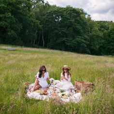 #tbt to this dreamy moment at Kenwood House this past summer with @rosielondoner I cant wait for her to come visit us in SF next week! PS I'm taking over the @will_journey Instagram account today and sharing my favorite trips with friends! #kenwoodhouse #london #willjourney #gmgtravels
