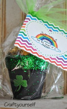 Use this fun Rainbow themed St. Patrick's Day printable tag to create unique gifts to give to friends, neighbors, and co-workers. St Paddys Day, St Patricks Day, Deco St Patrick, Simple Gifts, Unique Gifts, Diy Craft Projects, Crafts For Kids, Crayon Crafts, Free Friends