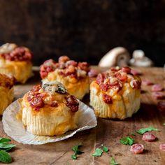 Diese köstlichen Pizza-Cupcakes sind herzhaft statt süß, schmecken nach Pizza statt nach Kuchen und werden mit Mini-Salami, Paprika und Pilzen belegt.