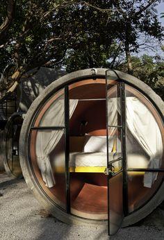 """Und wenn man von dem ganzen Hochglanz-Zeugs mal so richtig die Schnauze voll hat – dann fährt man einfach nach Mexiko, ins """"Tubo Hotel"""". Eine """"Hotelanlage"""" mit 20 Einheiten, im Waldgebiet von Tepoztlán/Mexiko, das welterste Hotel aus alten Betonrohren. Aufgeteilt ist das Ganze in 3 3er-Stapel une ein paar """"Einzelzimmern"""", insgesamt hat die Anlage 220qm, die Errichtung dauerte 3 Monate.... Weiterlesen"""