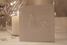 Partecipazione di nozze completamente bianca, con farfalla dalle doppie ali, realizzata a mano.  Wedding invitation completely white, with double butterfly with double wings, made by hand. http://roshel-weddings-and-co.blogspot.it/2015/01/linea-double-butterfy-total-white-o.html