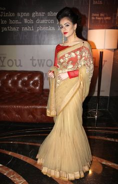 Ariana Ayam was dressed for a prom. She failed to impress in her beige and red lehenga sari at the unveiling of the first look of Shekhar Suman's directorial debut movie 'Heartless'. Sabyasachi Sarees, Red Lehenga, Indian Bridal Lehenga, Indian Sarees, Modest Fashion Hijab, Stylish Sarees, Fancy Sarees, Saree Dress, Half Saree