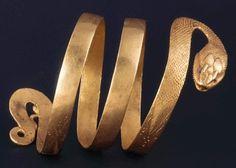 Gold armlet in the form of a serpent found in Pompeii Bracciale d'oro sotto forma di un serpente trovato a Pompei