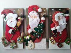 Quadro de parede natalino Christmas Sled, Christmas Wood Crafts, Felt Christmas Ornaments, Christmas Projects, Christmas Time, Vintage Christmas, Christmas Stockings, Christmas Wreaths, Christmas Decorations