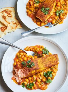 Looking for an indian-inspired dinner idea? This easy recipe stars salmon sprinkled with curry powder on a bed of tikka masala chickpeas. Salmon Curry, Curry Shrimp, Salmon Recipes, Seafood Recipes, Cooking Recipes, Salmon Wellington Recipe, Chou Rave, Masala Curry, Salmon Dinner