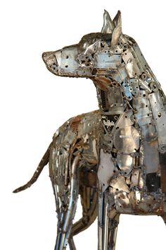 De Brian MOCK, sculpture fabriquée à partir d'objets trouvés et de matériaux recyclés.