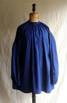 xvpbvx   50's フランス ワークスモックシャツです。 とても珍しいダークブルーコットンのワークスモックシャツ、 ホック留めの小さな襟、 扱い易い素材で綺麗に落ちて美しいシルエット、着こなし易い良い品です。 気負わず普段使いにお勧めです。 SIZE 裄丈 85cm 身幅 自然に置いた状態で70cm 着丈 82cm 綺麗に落ちるので細身の方でも問題なく着用できます。 衣類ですので素材の特性や厚み、カッティング等、実寸法と着用感は一致しない場合があります。 計測には正確を期していますが計測者、計測方