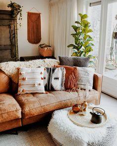 Poduszki i pled jako dodatki do salonu, które ocieplają aranżację - Lovingit. Interior Design Living Room, Living Room Decor, Living Spaces, Apartment Design, Apartment Living, Ideas Para Organizar, Deco Boheme, House Rooms, Cozy House