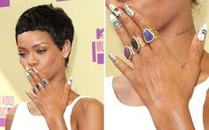 Rihanna usa uma nail art com estampa de notas de dólar