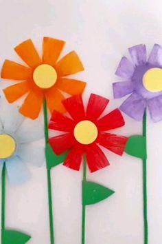 Plastic Bottle Flower Craft - Spring Crafts For Kids Plastic Drink Bottles, Plastic Bottle Art, Plastic Bottle Flowers, Water Bottle Crafts, Spring Crafts For Kids, Diy Crafts For Kids, Mothers Day Crafts, Garden Crafts, Flower Crafts