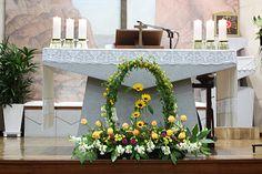 Church Flower Arrangements, Altar Decorations, Easter, Flowers, Furniture, Home Decor, Floral Arrangements, Homemade Home Decor, Easter Activities