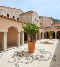 In seiner Mitte versprüht der traditionelle Baustil des Park Hyatt Hotels spanischen Inselflair. (Foto: Park Hyatt Hotel)
