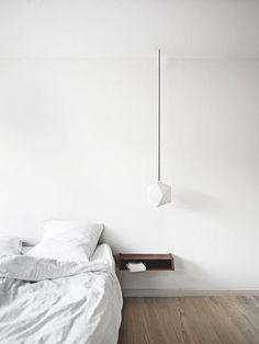 壁につけたテーブルは、究極にシンプル。 無駄なもののない空間は、洗練されて見えます。