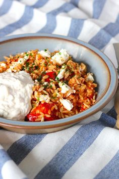 orzo with chicken, feta and tzatziki - ENJOY! The Good Life . -Greek orzo with chicken, feta and tzatziki - ENJOY! The Good Life . - The Salad Chop Bowl is the perfect way to save money. Healthy Eating Tips, Healthy Nutrition, Healthy Snacks, Healthy Recipes, Tzatziki, Feta, I Love Food, Good Food, Bon Ap