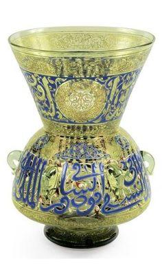 LAMPE DE MOSQUÉE EN VERRE VERT [A JOSEPH BROCARD MOSQUE LAMP, GREEN GLASS, ENAMEL ORNAMENTS.] LAMPE DE MOSQUÉE EN VERRE VERThaut. 37 cm ; diam. 25 cm