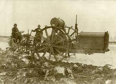 Eerste Wereldoorlog. Landbouwmachine en tractor bezig met aardappelteelt op Tempelhofer Feld in Berlijn (militair paradeterrein). Duitsland, Berlijn, 1915.