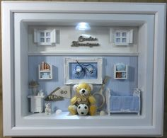 Quadro com ambiente de quarto de bebê com vidro e iluminação para decoração do quarto do bebê e enfeite de porta maternidade. <br>Tecidos em cores e estampas que combinem com a sua decoração. <br>PRODUTO ARTESANAL SUJEITO À VARIAÇÕES
