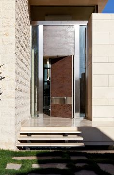 Synua is the safety door that knows no limits: ideal for large sizes, it is the perfect combination of technology and design.