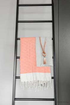 Bathroom inspiration with concrete, peach and hammam towels | Binti Home blog : Interieurinspiratie, woonideeën en stylingtips