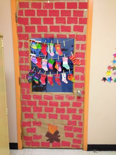 Porte de classe - Adorable, avec les bas de noel des élèves Childrens Christmas Crafts, Mason Jar Christmas Crafts, Christmas Crafts For Kids To Make, Christmas Art, Christmas Projects, Christmas Classroom Door, Christmas Door Decorations, Christmas Themes, Montessori Art