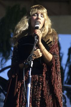 8 Timeless Stevie Nicks Outfits We'd Still Wear Today (and Not for Fancy Dress) Source by caramcummings Dresses Pat Benatar, Lindsey Buckingham, Buckingham Nicks, 70s Fashion, Fashion Photo, Fashion Outfits, Hippie Fashion, Rave Outfits, Classic Fashion