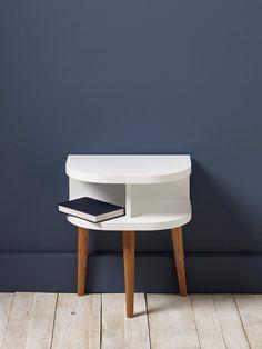 On aime les courbes arrondies et le design rétro de cette table de nuit. L'association du gris et du bois renforce son style moderne et élégant.  Déta