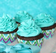 Tiffany Blue Cupcakes! Served these up for my daughters 13th Birthday! Giant Cupcakes, Yummy Cupcakes, Cupcake Wars, Cupcake Cookies, Cupcake Ideas, Cupcake Recipes, Tiffany Blue Cupcakes, Mini Cakes, Cup Cakes