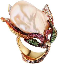 """Inel din colecţia """"Magnolia"""" a firmei Jewellery Theatre din aur 18K ornat cu o perlă barocă roz 52,35 carate, diamante, safire purpurii şi granate tsavorit."""