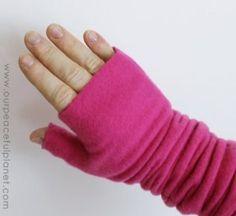 Fleece fingerless gloves - free pattern with thumb Fleece Crafts, Fleece Projects, Sewing Hacks, Sewing Tutorials, Sewing Crafts, Sewing Tips, Fleece Patterns, Sewing Patterns, Hat Patterns