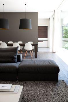 Mur, tapis et canapé coordonnés.  Chaises Aemes blanches:
