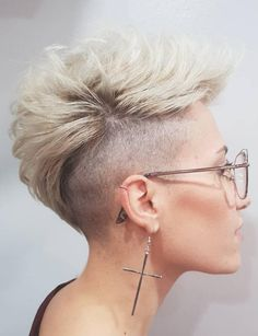 Pixie Cuts with Shaved Sides for Women 2020 the Hottest Variations A Long Pixie Cut to Look Flawless 24 7 Of 97 Inspirational Pixie Cuts with Shaved Sides for Women 2020 Cool Short Hairstyles, Short Pixie Haircuts, Pixie Hairstyles, Haircut Short, Blonde Haircuts, Short Undercut, Hairdos, Long Pixie Cuts, Long Hair Cuts