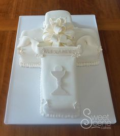 Cross+First+Communion+Cake+-+Cake+by+Sweet+Scene+Cakes