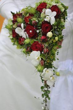 Herzförmiger Brautstrauß mit fließender Spitze.