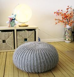 make your own knitted pouf - simple pattern for beginners - fill with polysterene balls