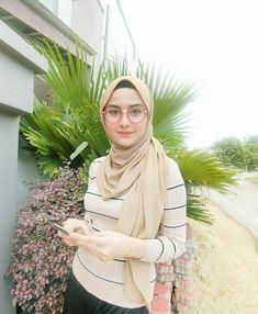 mira filzah porn at DuckDuckGo Beautiful Hijab Girl, Beautiful Muslim Women, Arab Girls Hijab, Girl Hijab, Hijabi Girl, Beauty Full Girl, Beauty Women, Muslim Fashion, Hijab Fashion