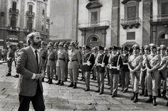 Letizia Battaglia, Giovanni Falcone al funerale di Carlo Alberto Dalla Chiesa, Prefetto di Palermo,  Palermo 1982, in Letizia Battaglia, Passione, giustizia, libertà. Fotografie dalla Sicilia.