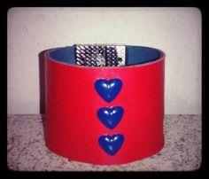 Bracelete Couro vermelho/coração Vendas: whatsapp: 317300-4489 http://instagram.com/petalasdemaria  https://www.facebook.com/profile.php?id=100004666594323