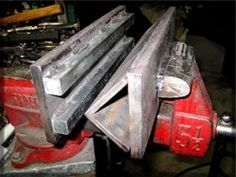 Homemade press brake constructed from square bar stock and steel plate dies mounted on a bench vise. Welding Shop, Welding Table, Welding Ideas, Welding Projects, Cool Tools, Diy Tools, Hand Tools, Pliage Tole, Sheet Metal Tools