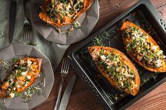 Rezept für gefüllte Süßkartoffel mit Spinat, Fetakäse, Parmesan und Pinienkernen. Einfach, Spinach Recipes, Potato Recipes, Chhiwat Ramadan, Sweet Potato Seasoning, Low Carb Recipes, Vegetarian Recipes, Healthy Recepies, Healthy Food, Spinach And Feta