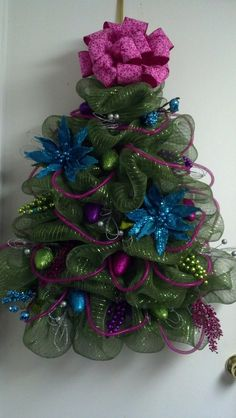 Last Trending Get all deco mesh christmas decorations Viral bad b a a a f e bcf b aa Deco Mesh Crafts, Wreath Crafts, Diy Wreath, Christmas Projects, Holiday Crafts, Wreath Making, Wreath Ideas, Mesh Christmas Tree, Christmas Door Decorations