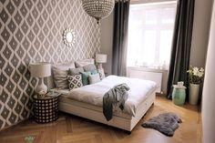 Grundsätzlich empfiehlt es sich im Schlafzimmer auf kühle und ruhige Farben zu setzen. Besonders graue Töne versprechen erholsame Nächte, weil sie beruhigend wirken. Und das beste: Sie lassen sich je nach Lust und Laune mit einer Highlight-Farbe wie Türkis kombinieren.