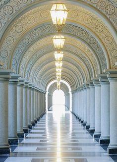 Fotomural Wizard Genius Archway 384, fotomural de arcos y columnas formando un largo pasillo, dando sensación de profundidad.